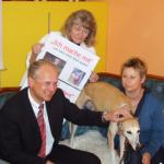 Dr. Klemens Gsell mit Gisela Weindel, Hündin Sanchez und Petra Simbeck.